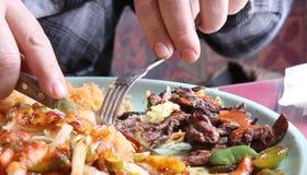 Verschlingendes mexikanisches gegrilltes Mittagessen Stockfoto