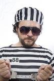 Verschlossen, hoffnungslos, Porträt eines Manngefangenen in der Gefängnistracht, ov lizenzfreie stockfotos