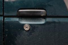 Verschlossene grüne Auto ` s Tür stockfotografie