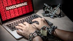 Verschlossene Hände und ransomware Cyberangriff auf Laptop stockfotos