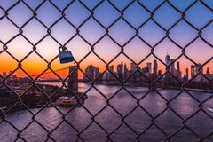 Verschlossene Liebe im Manhattan Birdge Stockbilder