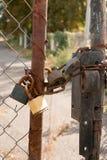 Verschlossene Stahltüren Stockfoto