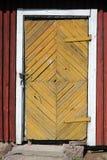 Verschlossene Tür des alten Dorfhauses Stockfoto