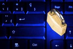 Verschlossenes Vorhängeschloß auf einer schwarzen Computertastatur Stockfotografie
