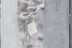 Verschlossenes Vorhängeschloß mit Schnee Stockfotos
