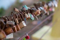 Verschluss f?r Paare machen ein Versprechen, f?r immer zu lieben, die Hauptschl?ssel, die an den Schienen der Br?cke h?ngen, das  stockfotos