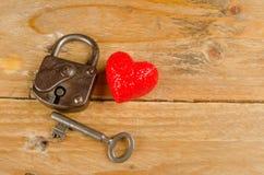 Verschluss und Schlüssel zu einem Herzen für Valentinsgrußtag Stockbilder
