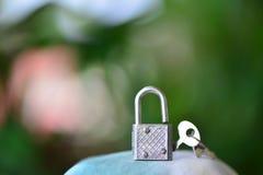 Verschluss und silbernes Metall des Schlüssels Stockfoto