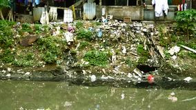 Verschmutztes Wasser und hölzerne Elendsviertel stock footage