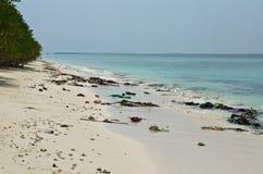 Verschmutzung auf dem Strand von Tropeninsel im Indischen Ozean lizenzfreie stockbilder