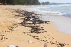 Verschmutzung auf dem Strand von tropischem Meer, chanthaburi Strand, Thail Stockfotos