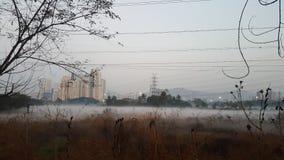Verschmutzung in der Metrostadt im Morgenklima mit Umweltschaden lizenzfreie stockfotografie