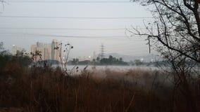 Verschmutzung in der Metrostadt im Morgenklima mit Umweltschaden stockfoto