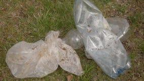 Verschmutzung des Plastiks aus den Grund Kunststoffabfall liegt aus den Grund Umweltfreundliches Transportmittel und erneuerbare  stock video footage