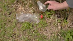 Verschmutzung des Plastiks aus den Grund Speicherbereinigung Hand s?ubert Kunststoffabfall Umweltfreundliches Transportmittel und stock video footage