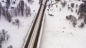 Verschneiter Winter in der schönen Großstadt oder in der Stadt clip Draufsicht von gefrorenem Fluss, viele Autos auf Straße, alte stock video footage