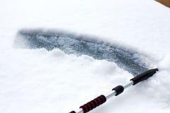 Verschneiter Winter in einer Stadt an einem sonnigen Tag Auto nach Schneefällen im Parkplatz Lizenzfreie Stockbilder