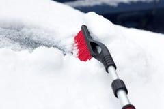Verschneiter Winter in einer Stadt an einem sonnigen Tag Auto nach Schneefällen im Parkplatz Junge Frau, die versucht, das eisige Lizenzfreie Stockfotos