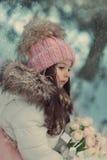 Verschneiter Winter und ein Mädchen in einer Kappe Lizenzfreies Stockfoto
