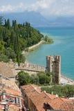 Verschönern Sie mit Kontrollturm (alte Stadt) von einem italienischen See landschaftlich Lizenzfreie Stockfotografie