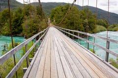 Verschobene hölzerne Brücke mit Kabeln über Green River Stockfoto