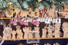 Verschobene kleine Engel im Stall an Weihnachtsmarkt, Stuttgart Stockfotos