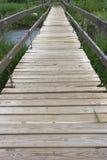 Verschobener Steg über einem Fluss lizenzfreies stockbild