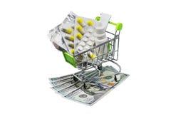 Verschreibungspflichtige Medikamente auf dem Geld, das steigende Gesundheitswesenkosten darstellt stockfoto