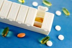 Verschreibungspflichtige Medikamente im Pille-Kasten Stockbild