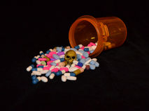Verschreibungspflichtige Medikamente und Schädel Stockbilder