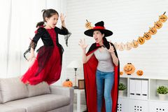 Verschrikking weinig sprong van het heksenmeisje van de bank stock foto
