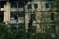Verschrikkingshuis in donkere dramatische atmosfeer royalty-vrije stock afbeelding