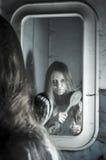 Verschrikkingsmeisje in de spiegel Stock Fotografie