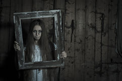 Verschrikkingsmeisje in witte kleding Stock Afbeelding