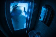 Verschrikkingssilhouet van vrouw in venster Het enge Vage silhouet van Halloween concept van heks in badkamers Selectieve nadruk stock afbeelding
