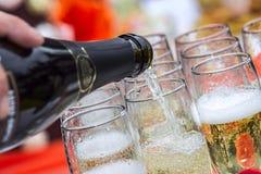 Verschütten von Champagnergläsern Stockbild