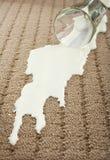 Verschüttete Milch auf Teppich Stockbild