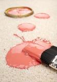 Verschütteter Lack auf Teppich-Versicherungsleistungen-Unfall Stockfotos