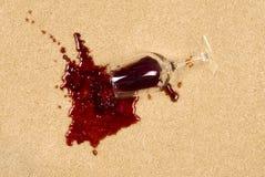 Verschütteter Wein auf Teppich Stockfotos