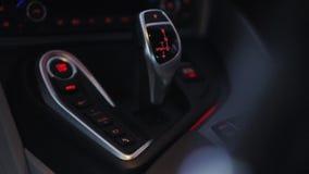 Verschuivingsknop van automatische versnellingsbak in autobinnenland stock videobeelden