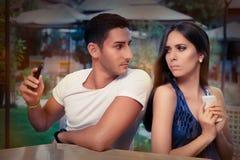 Verschwiegene Paare mit intelligenten Telefonen in ihren Händen Stockfoto