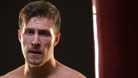 Verschwitzter Boxer, der tief nach Training, Stärketrainings, Zielsetzung atmet stock video