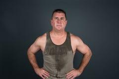 Verschwitzter muskulöser Mann nach Training Stockbild