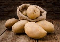 Verse aardappels in de zakken van de hennepzak op rustieke houten achtergrond Ra Royalty-vrije Stock Afbeelding