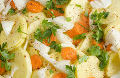 Verse aardappels met wortelen en peterselie Stock Afbeeldingen