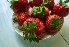 Verse aardbei die op een plaatclose-up liggen fruit Stock Foto