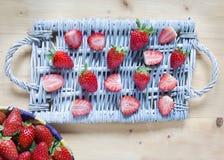 Verse aardbei op een rieten dienblad en mand met aardbeien o Royalty-vrije Stock Fotografie