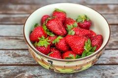 Verse aardbeien in een kom Royalty-vrije Stock Foto's