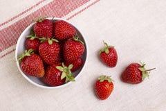 Verse aardbeien in een kom op een lichte achtergrond Stock Afbeelding
