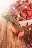 Verse aardbeien in een mand Stock Afbeelding